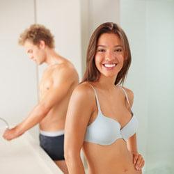 Frau und Mann in Unterwäsche