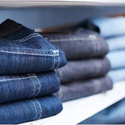 Jeanshosen verschiedener Farbtöne