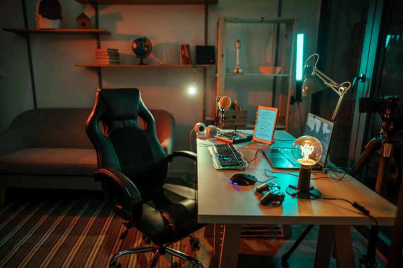 Desktop-PC oder Laptop beim Gaming