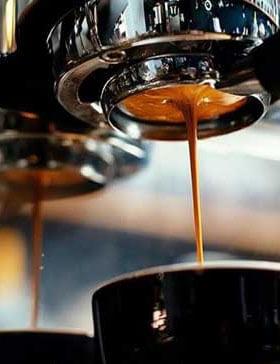 Kaffee läuft aus einer Kaffeemaschine