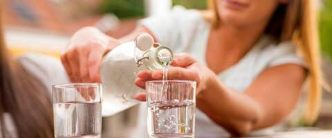 Glasflasche und Gläser