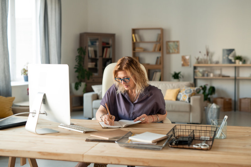 Desktop-PC oder Laptop im Homeoffice