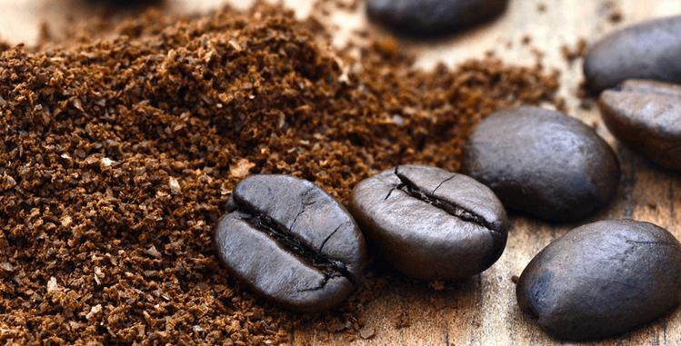 Kaffeebohnen und gemahlenes Kaffepulver für Cold Brew