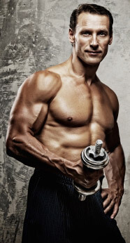 Muskulöser Mann beim Hanteltraining