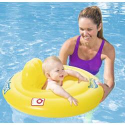 Frau und Baby in Schwimmring im Pool