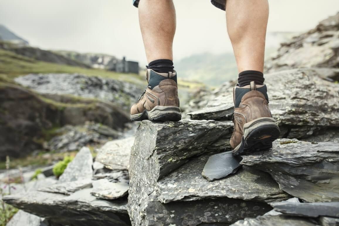 Braune Wanderschuhe auf Felsen