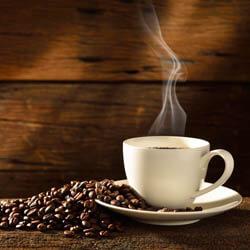 Tasse Kaffee ganze Kaffeebohnen