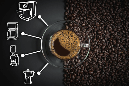 Kaffeebohnen und verschiedene Kaffeezubereitungsmethoden