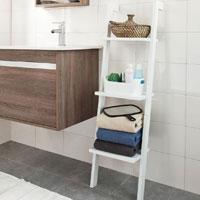 Leiterregal im Badezimmer