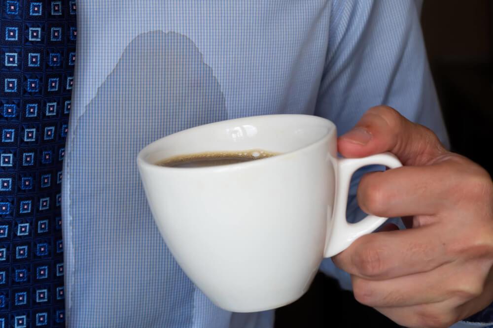Ein Kaffeefleck lässt sich einfach entfernen.