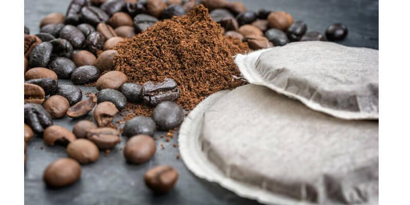 Kaffeebohnen und Kaffeepads