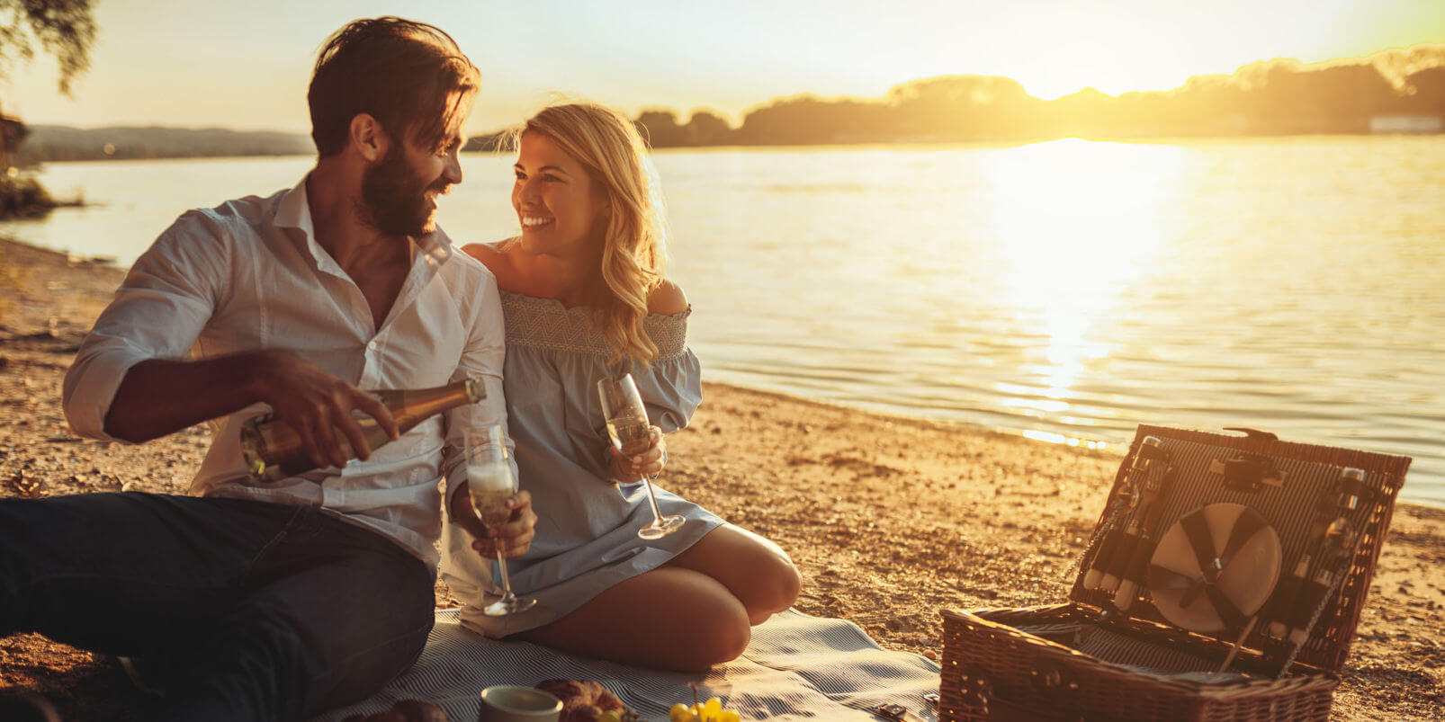 Paar beim Picknicken