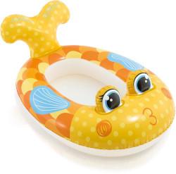 Kinderboot in der Form eines Fischs, in dessen Rückenbereich man sitzen kann. Vorn hat es hervorstehende Fischaugen und hinten einen abstehenden Schwanz. Flossen, Schuppen, Mund und Bäckchen sind aufgemalt.