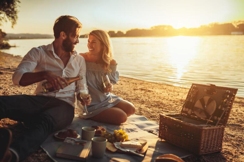 Romantisches Picknick am Strand mit Picknickkorb