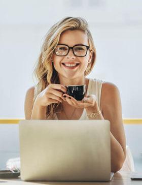 Intelligente Frau mit Kaffeetasse