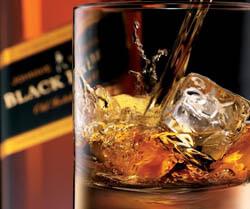 Glas mit Eis und Black Label-Whisky