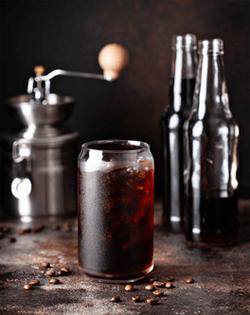 Cold-Brew-Kaffee auf Eiswürfel