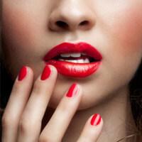 Roter Lippenstift und Nagellack