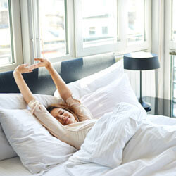 Frau erwacht in Bett