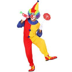 Person im Clownskostüm mit Trompete und Schirmchen