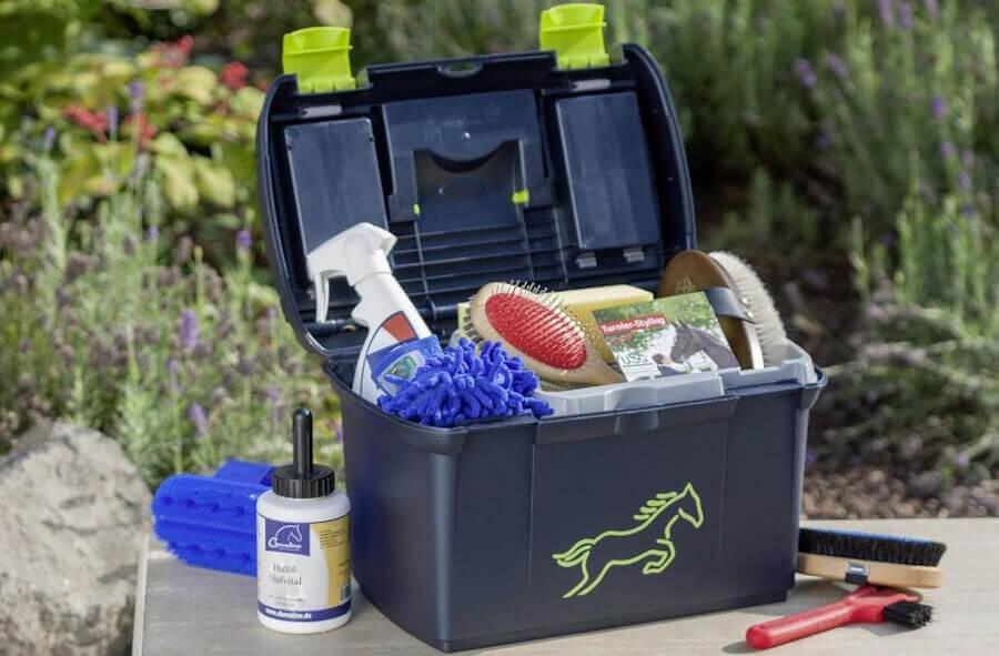 Putzbox mit verschiedenem Putzzeug für die Pferdepflege