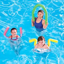 Frau und Kinder im Pool mit Poolnudeln