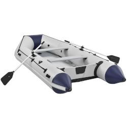 Großes Schlauchboot mit solidem Boden und festem Schlauch. An den Seiten befinden sich eine Haftleine und Griffe, zwei Paddel sind in einer Halterung befestigt und zwei Sitzbänke sind im Inneren des Bootes zu sehen.