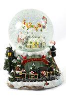 Schneekugel Ø120mm mit Spieluhr & fliegendem Schlitten mit Rentieren H: 19,5cm mit verschiedenen Weihnachtsliedern im WechselSchneeantrieb (6900100)