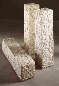Naturstein Granit gelb Palisade 12x12x125cm gespalten und gespitzt
