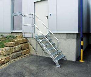 Günzburger Steigtechnik Treppe mit Plattform 45° Stufenbreite 1000 mm 16 Stufen Aluminium geriffelt