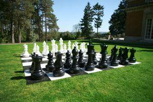 Giga Schachspiel für draußen, bis zu 64cm hoch aus beständigem Kunststoff