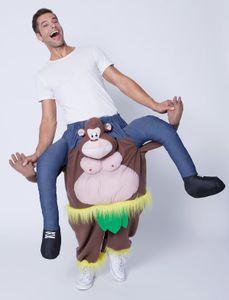 Mann auf Affe