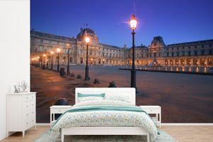 Tapeten - Fototapete - Der Louvre Paris bei Nacht von französischen Laternen beleuchtet - 360x240 cm - Vinyl