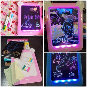 2 Packungen, LED leuchtendes Zeichenbrett, Malnachricht, 3D Magic Pad, blau + pink