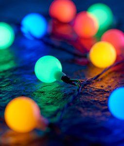 Kugel Lichterkette mit 180 bunten Lichtkugeln 17,9 m lang IP44 Innen- und Außenbereich Partylichterkette Deko Weihnachten