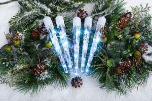 LED-Lichterkette mit 7 XXL Eiszapfen für Innen und Außen, 49 LED, Timer, 3 Lichtmodi: Wasserfall- und Schneefalleffekt & Dauerleuchten, 2,4m + 5m Zuleitung (kalt-weiß)