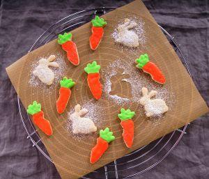 """Dr. Oetker Ausstecher """"Hase und Karotte"""", Keks- und Plätzchenform aus der Serie """"Goldiges Ostern"""" (Farbe: Silber), Menge: 2 Stück"""