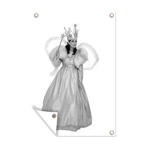 Gartenposter - Frau in Fee Prinzessin Kostüm - schwarz und weiß - 80x120 cm