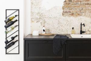 LIFA LIVING Moderner Weinflaschenhalter für die Wand, Schwarzes Weinregal aus Metall, Weinhalter für 8 Flaschen Wein, maximale Belastbarkeit 10 kg