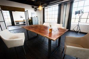 Esstisch massiv mit Baumkante nussbaumfarbig Fuß schwarz KAWOLA 160 x 85 cm Nussbaum LORE