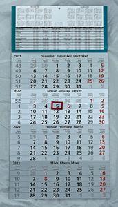 4 Monats Wandkalender 2022 mit Datumschieber in Rot, inkl. Ferienübersichten und Jahresüberblick 2022 und 2023, Viermonatskalender werbefrei, 4 Monatskalender keine Werbung