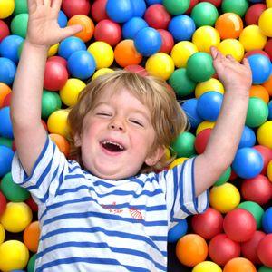 Infantastic® Babybälle für Bällebad - 100 Stück, Ø 5.5cm, BPA frei, Farbmischung aus 5 Farben - Bälle, Kinderbälle, Plastikbälle, Spielbälle