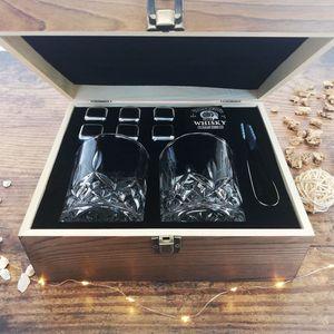 Whisky Geschenk-Set mit 2 Gläsern, Eiswürfeln aus Edelstahl, Zange, Samtbeutel in einer schönen Holzbox