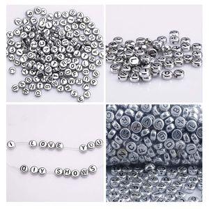 Alphabet Buchstaben Spacer Perlen 1000 Stück - 6x6mm mit Silber Beschichtet - Rund Perlen für Armbänder Auffädeln, Halsketten, Schlüsselanhänger und KinderSchmuck - Perfekt für Tauf-Zeremonie