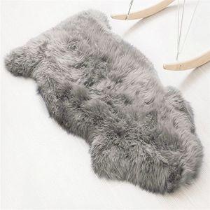 Teppich Lammfell-Teppich Kunstfell Schaffell Imitat | Wohnzimmer Schlafzimmer Kinderzimmer | Als Faux Bett-Vorleger oder Matte für Stuhl Sofa ( grau - 60 x 90cm )
