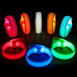 LED-Armbänder, leuchtende Armbänder, blinkendes Sportarmband 8er-Pack Partyzubehör (zufällige Farbe)