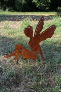 Elfe sitzend Edelrost Engel Gartenstecker Dekostecker