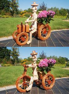 Pflanzkasten, Blumenkasten, Blumenkübel Traktor oder Dreirad mit Männchen aus Korbgeflecht, für den Garten, Variante:Männchen auf dunklem Traktor