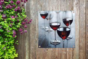 Gartenposter - Vier schöne Gläser Rotwein - 100x100 cm
