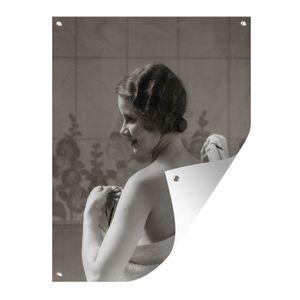 Gartenposter - Frau im Badezimmer - 60x80 cm